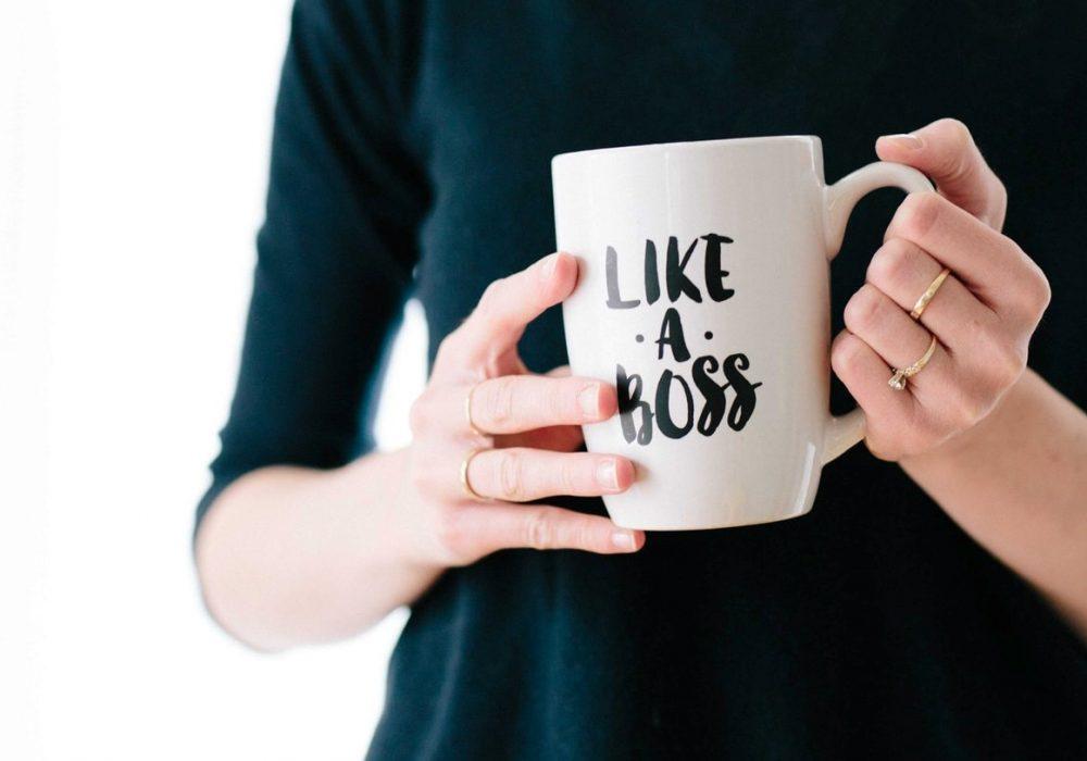 """Kvinna med mugg med texten """"like a boss"""""""
