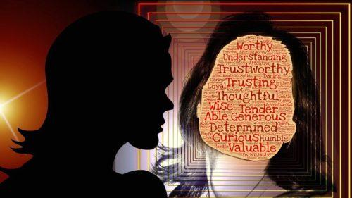 kvinna ser sina kvaliteter i spegeln - självkänsla