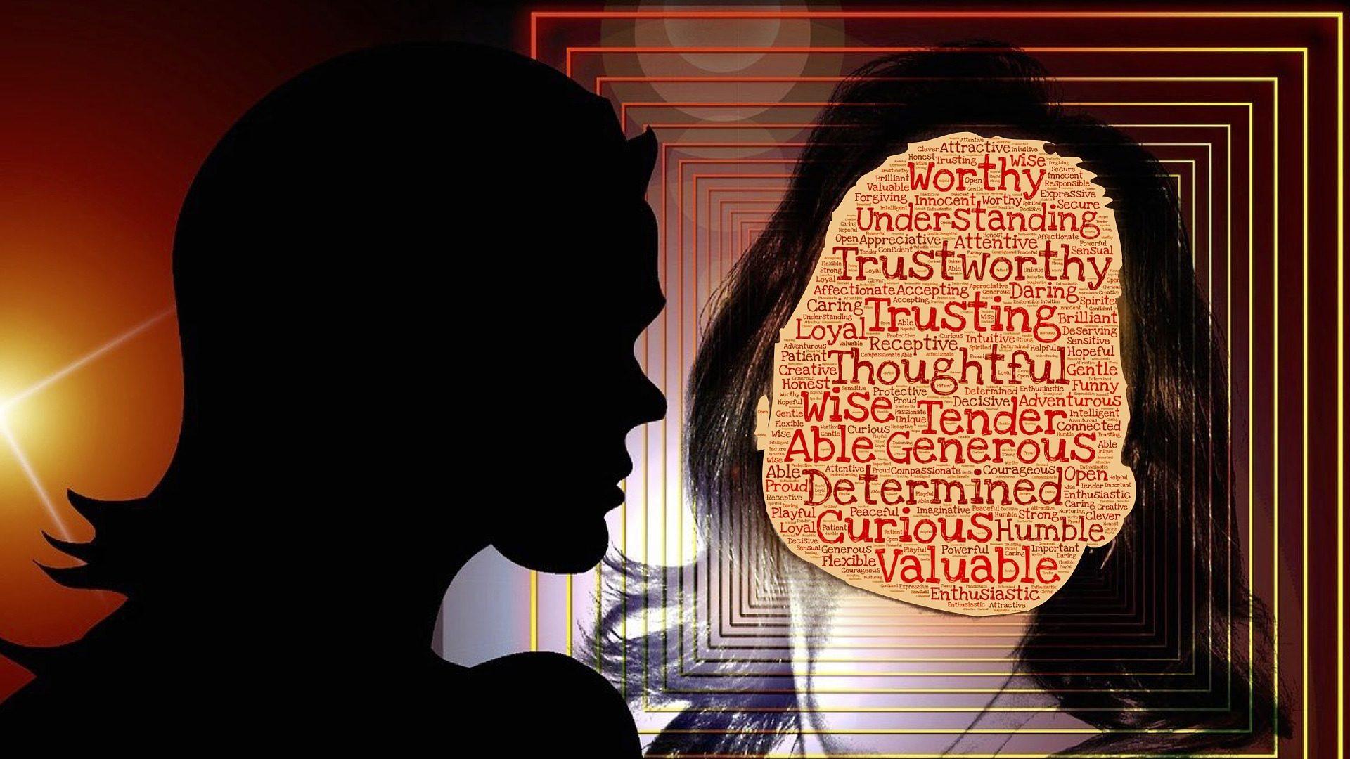 kvinna ser sina kvaliteter i spegeln
