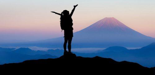 kvinna på bergstopp