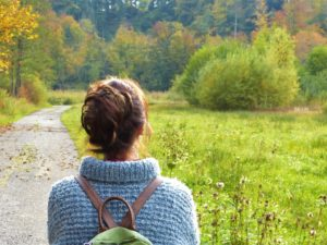 Kvinna på en väg i naturen